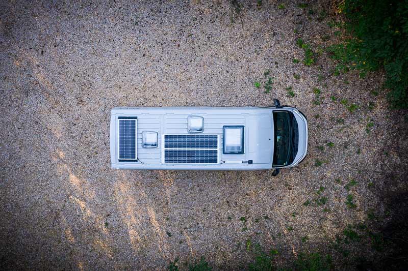 Solaranlage von oben auf einem Kastenwagen