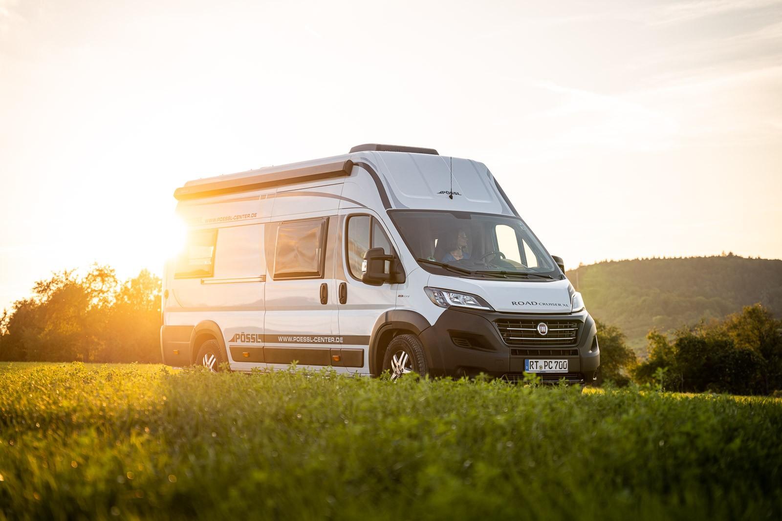 Pössl Roadcruiser XL beim Sonnenuntergang in den Natur