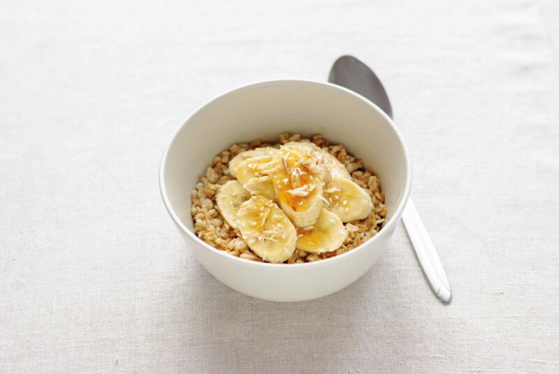 Porridge in einer weißen Schale mit Früchte Topping