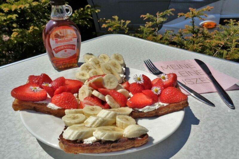 Armer Ritter süß mit Erdbeeren und Banane